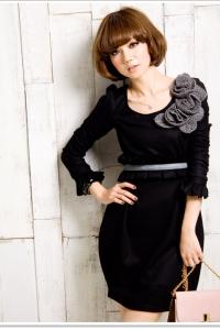 '.Черное платье ,c декорированным серыми цветами .'