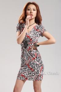'.Облегающее шелковое платье с V-образным вырезом горловины .'